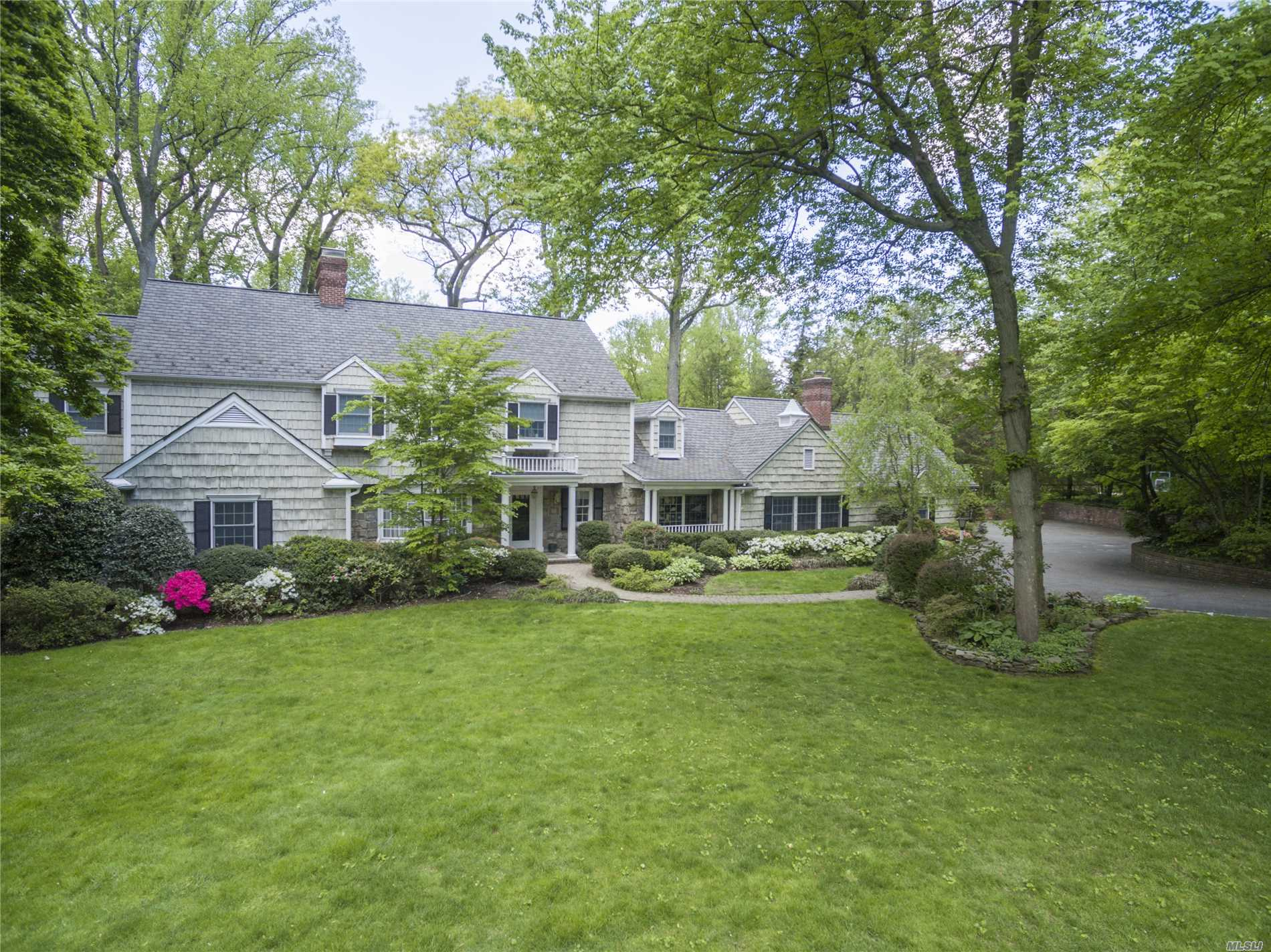Photo of home for sale at 24 Bonnie Heights Rd, Manhasset NY