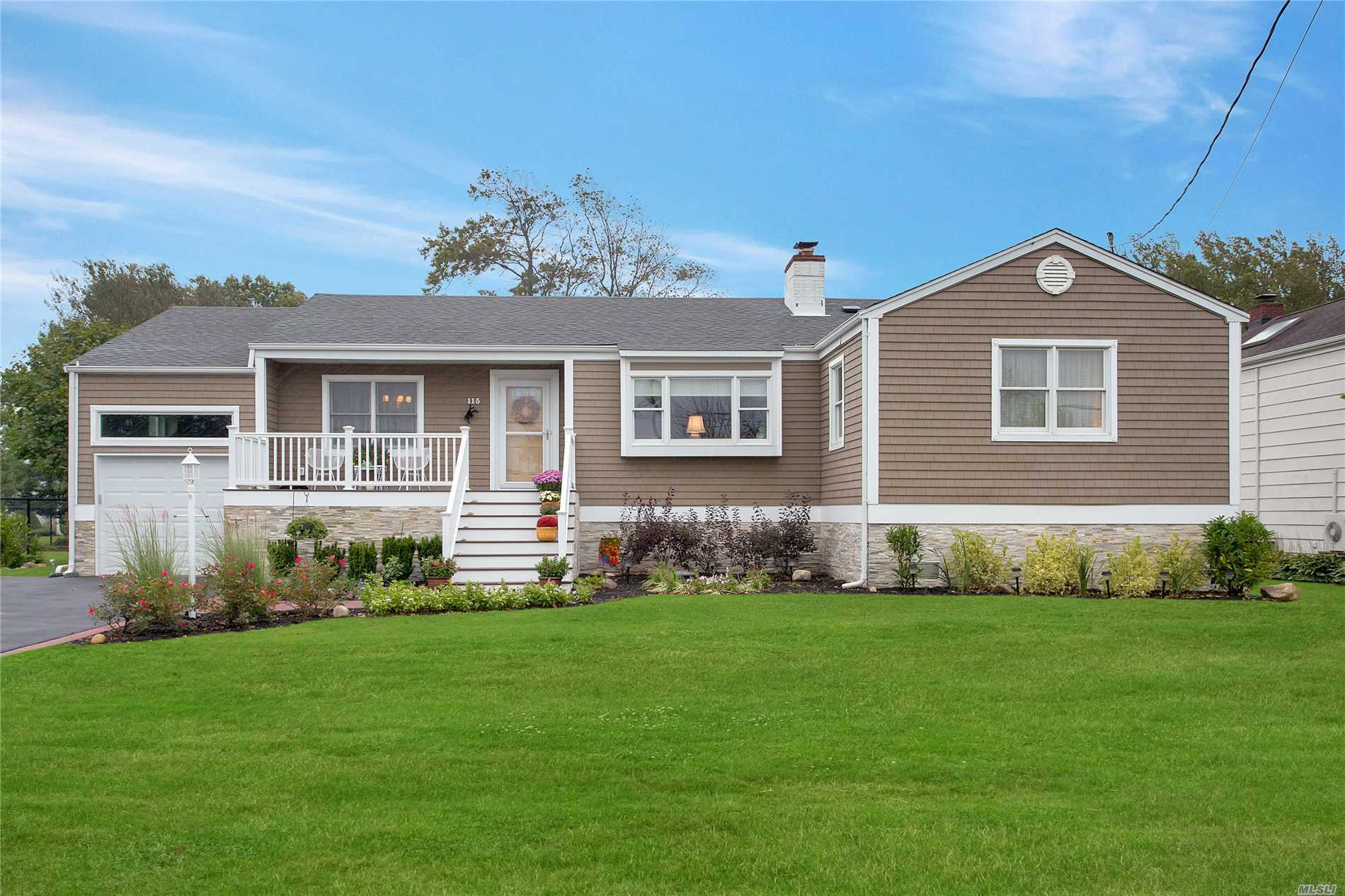 Photo of home for sale at 115 Sequams Ln E, West Islip NY
