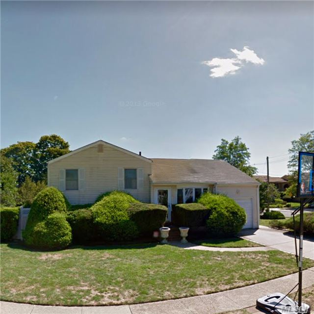 Photo of home for sale at 37 Hampton Pl, Freeport NY