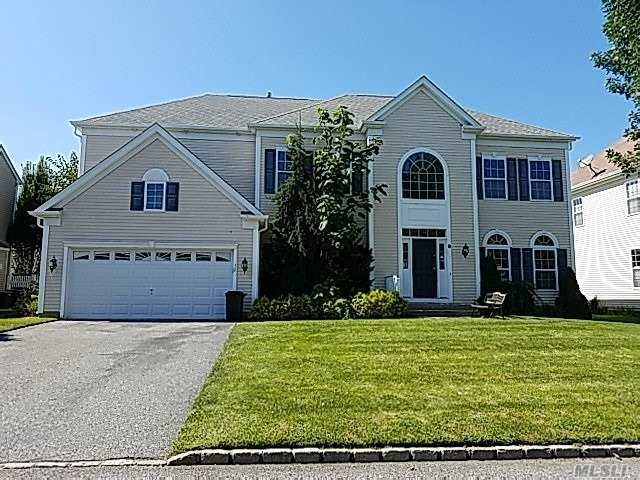 Photo of home for sale at 32 Woodstork Dr, Mt. Sinai NY
