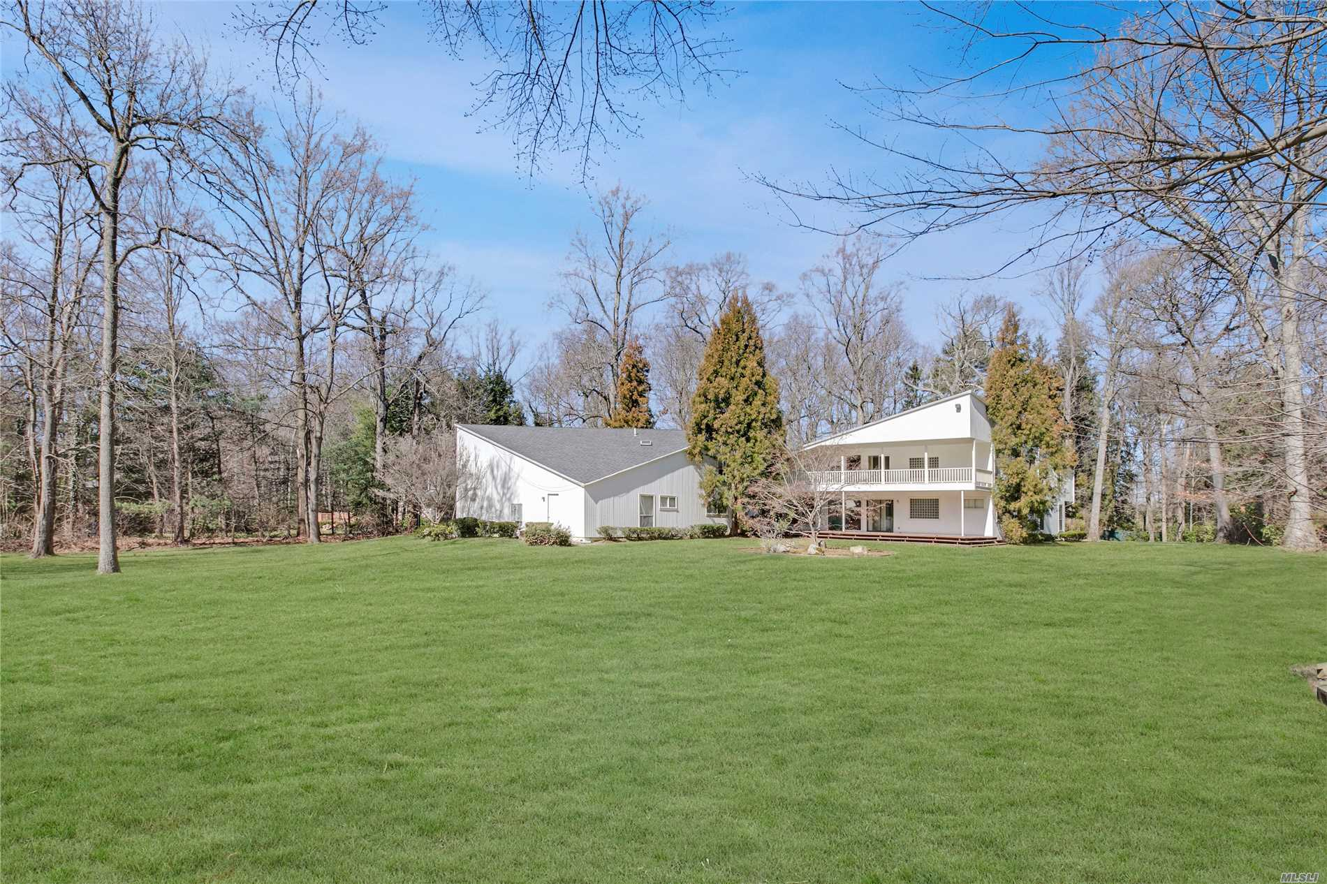 Photo of home for sale at 14 Valerie Dr, Upper Brookville NY