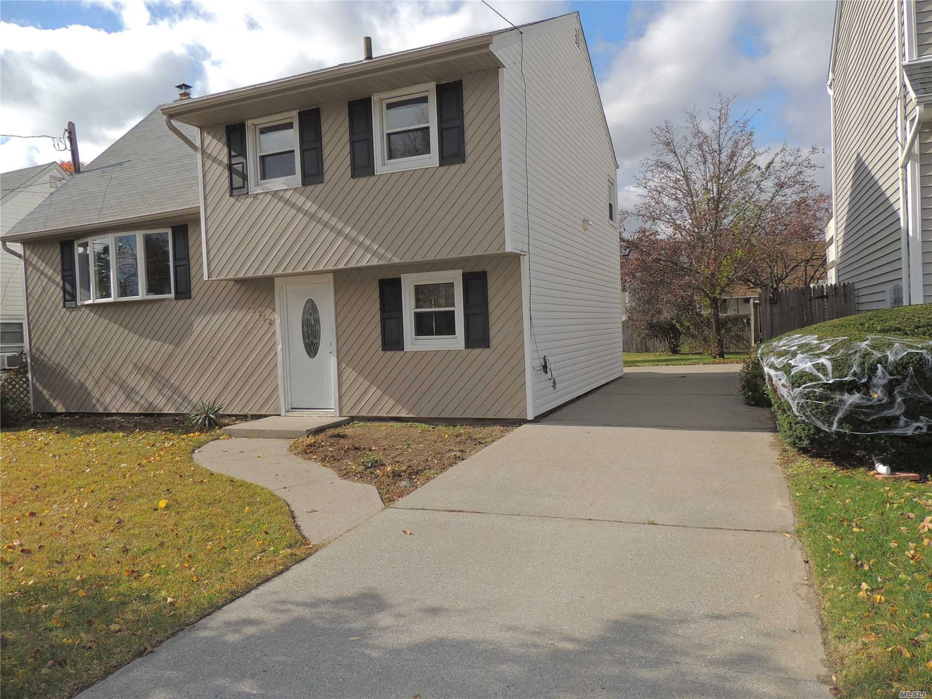 Photo of home for sale at 2362 Cedar St, Seaford NY