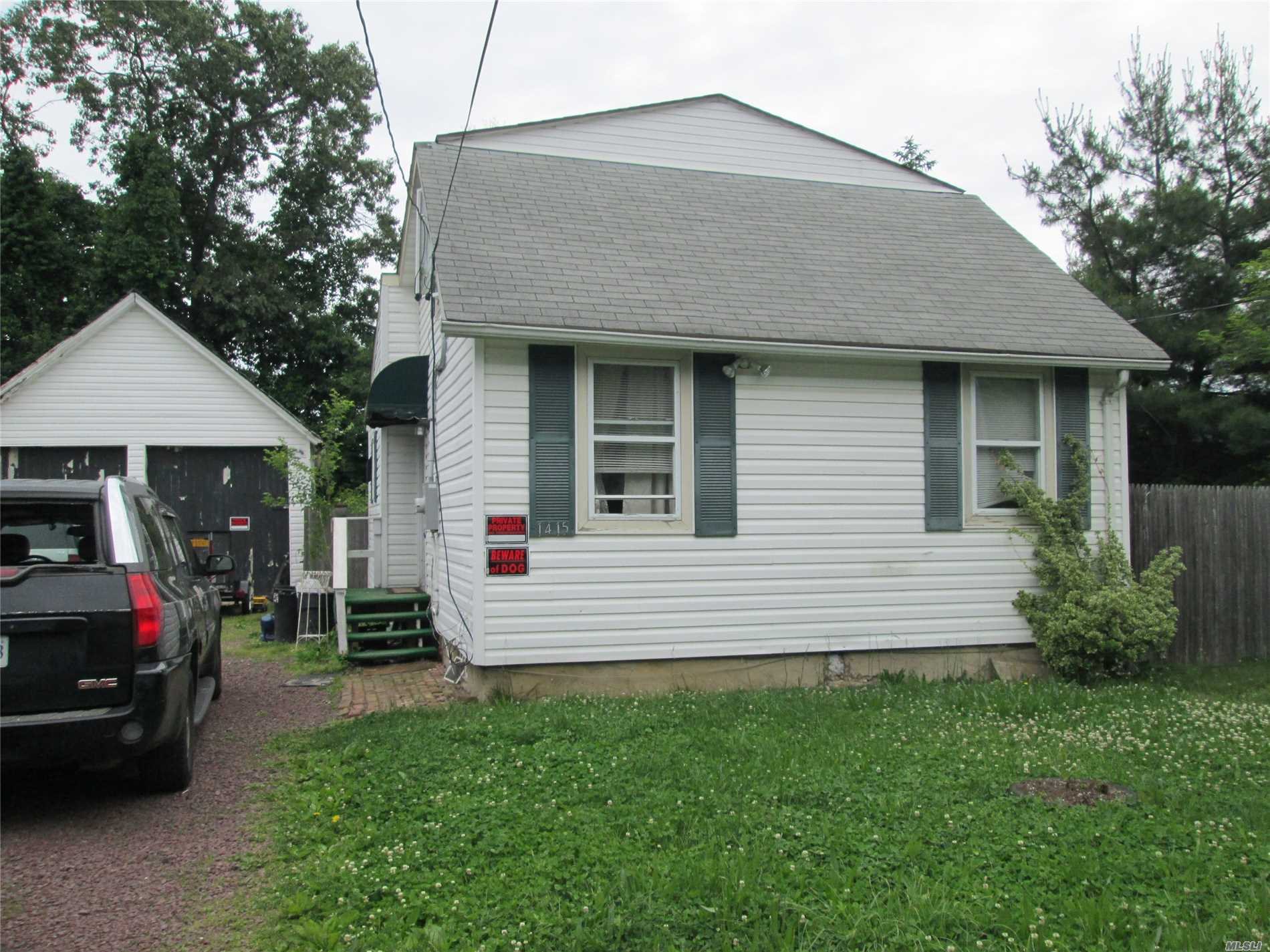Photo of home for sale at 1415 Clinton Ave N, Bay Shore NY