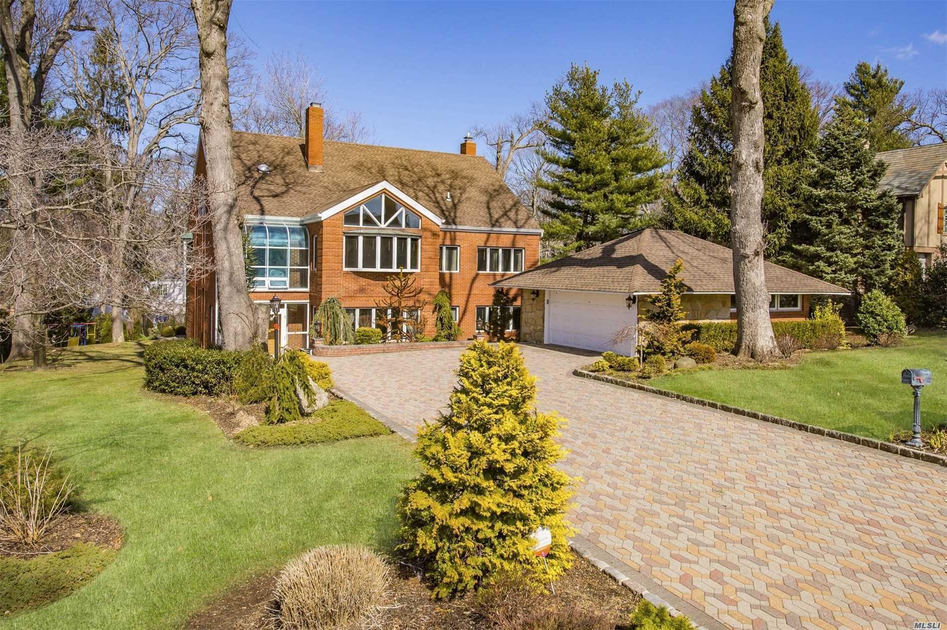 Photo of home for sale at 184 Aldershot Ln, Manhasset NY