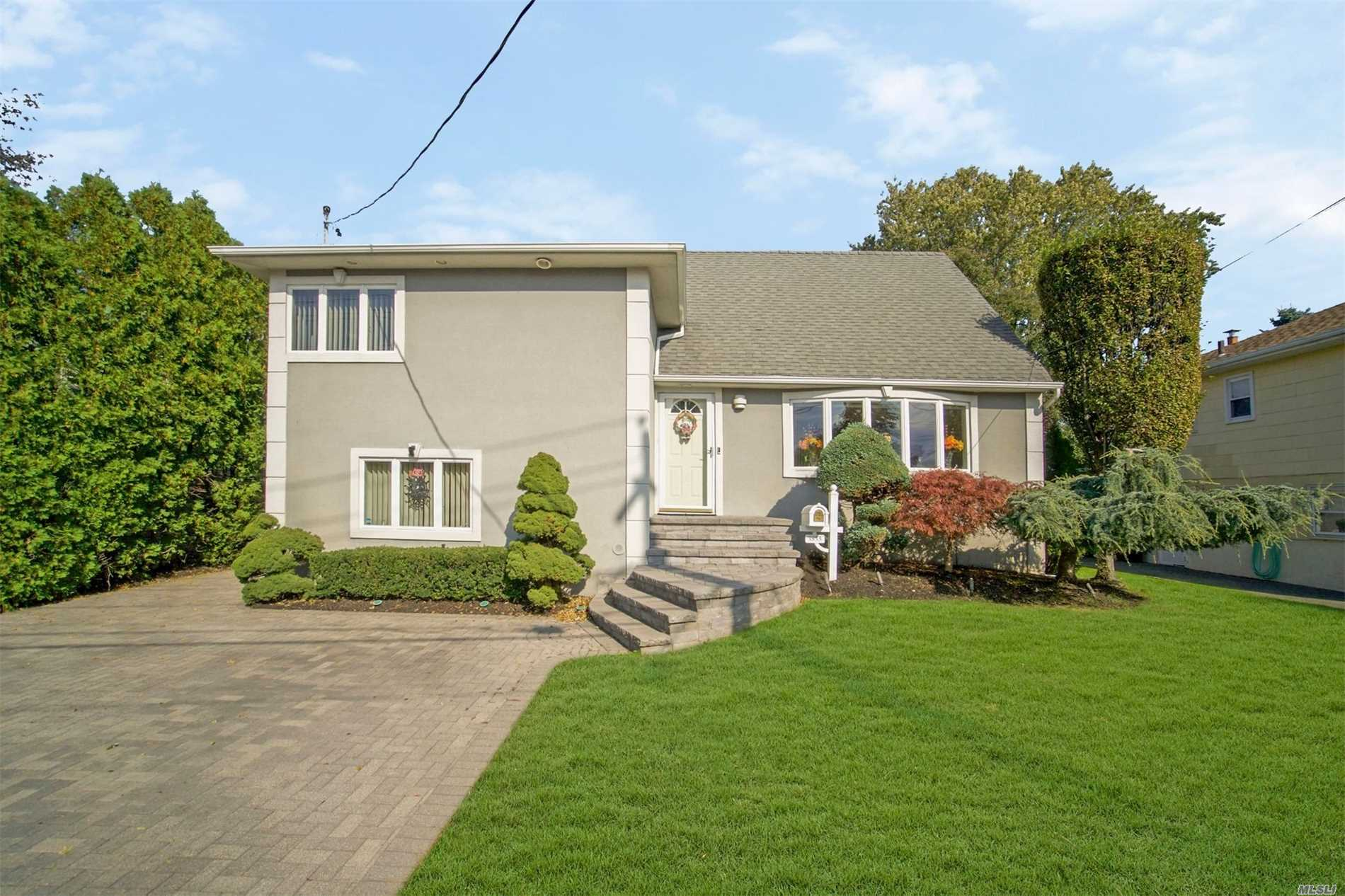 Photo of home for sale at 3855 Harbor Blvd, Seaford NY