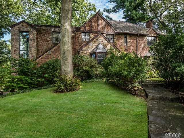 Photo of home for sale at 38 Soundview Crest, Manhasset NY
