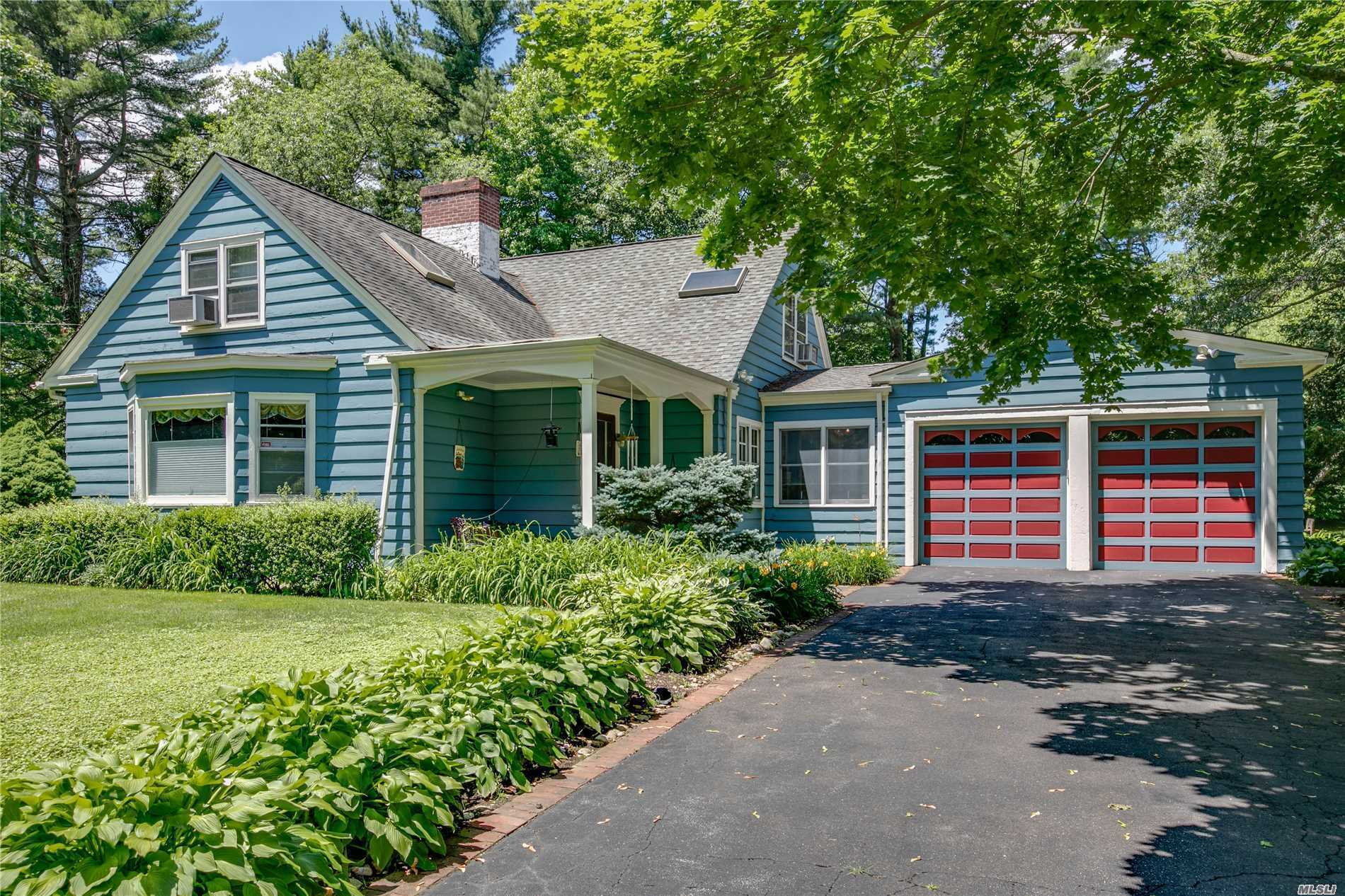Photo of home for sale at 211 Cold Spring Rd, Syosset NY