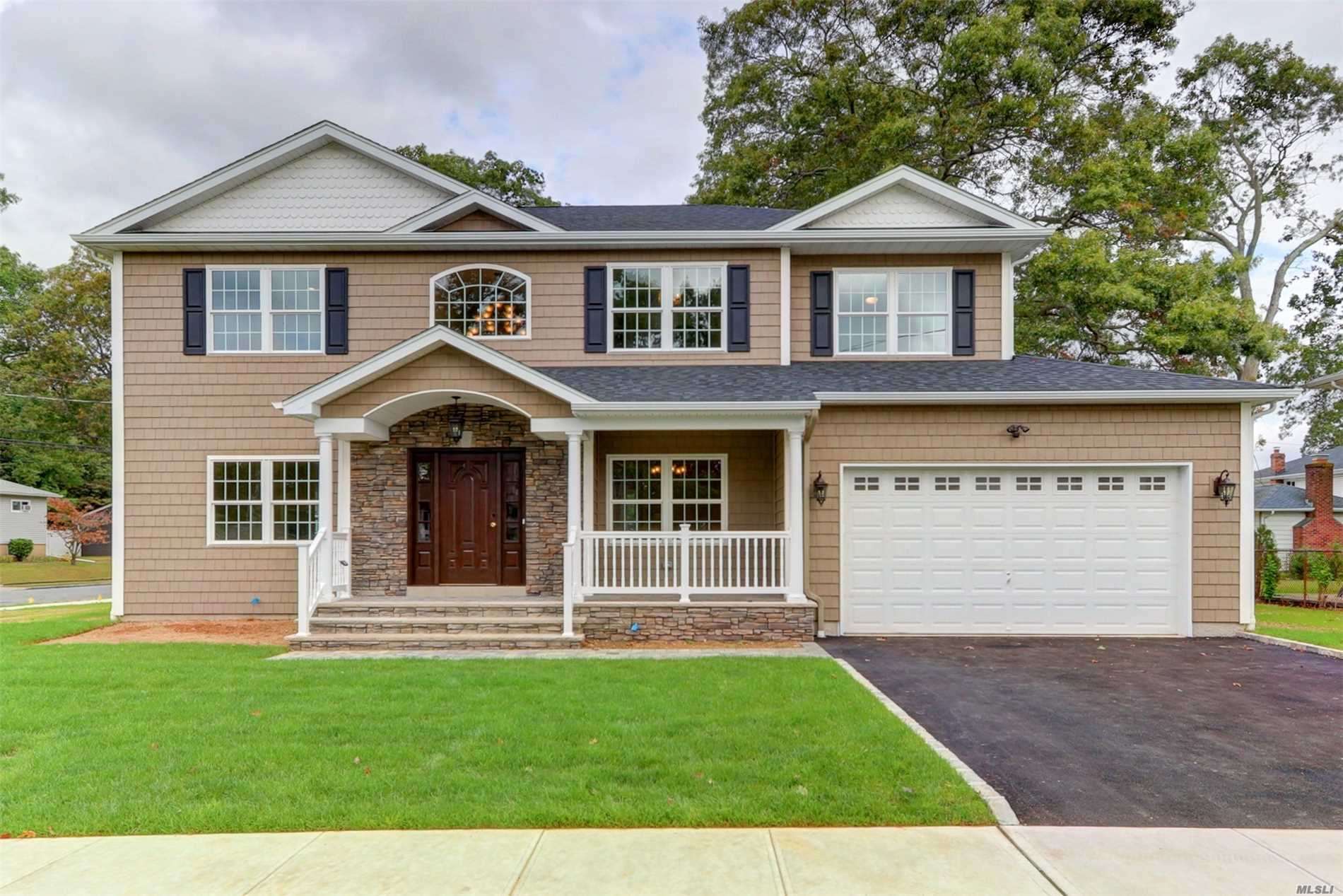Photo of home for sale at 150 Grand Blvd, Massapequa Park NY