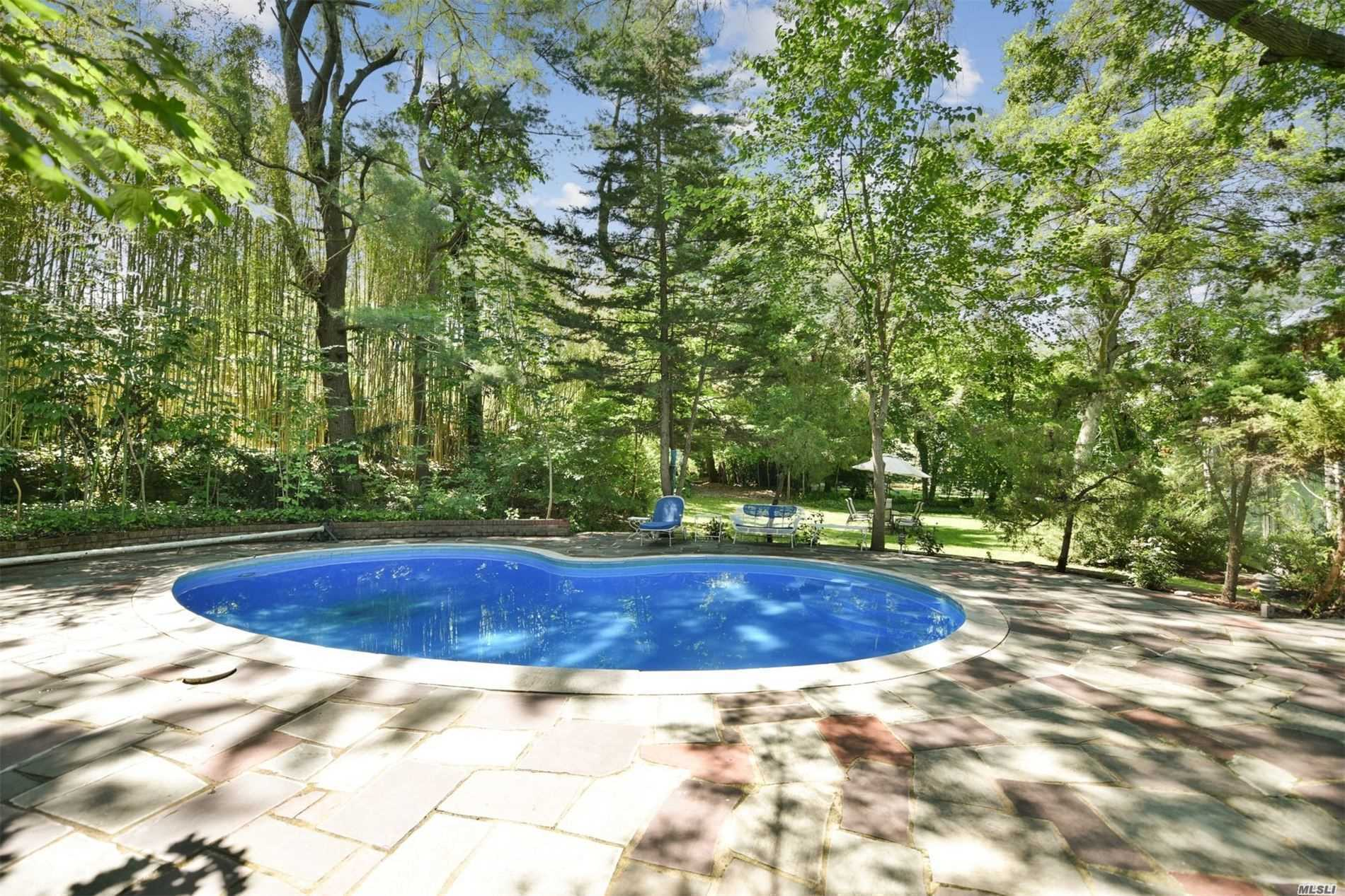 Photo of home for sale at 1405 Plandome Rd, Manhasset NY