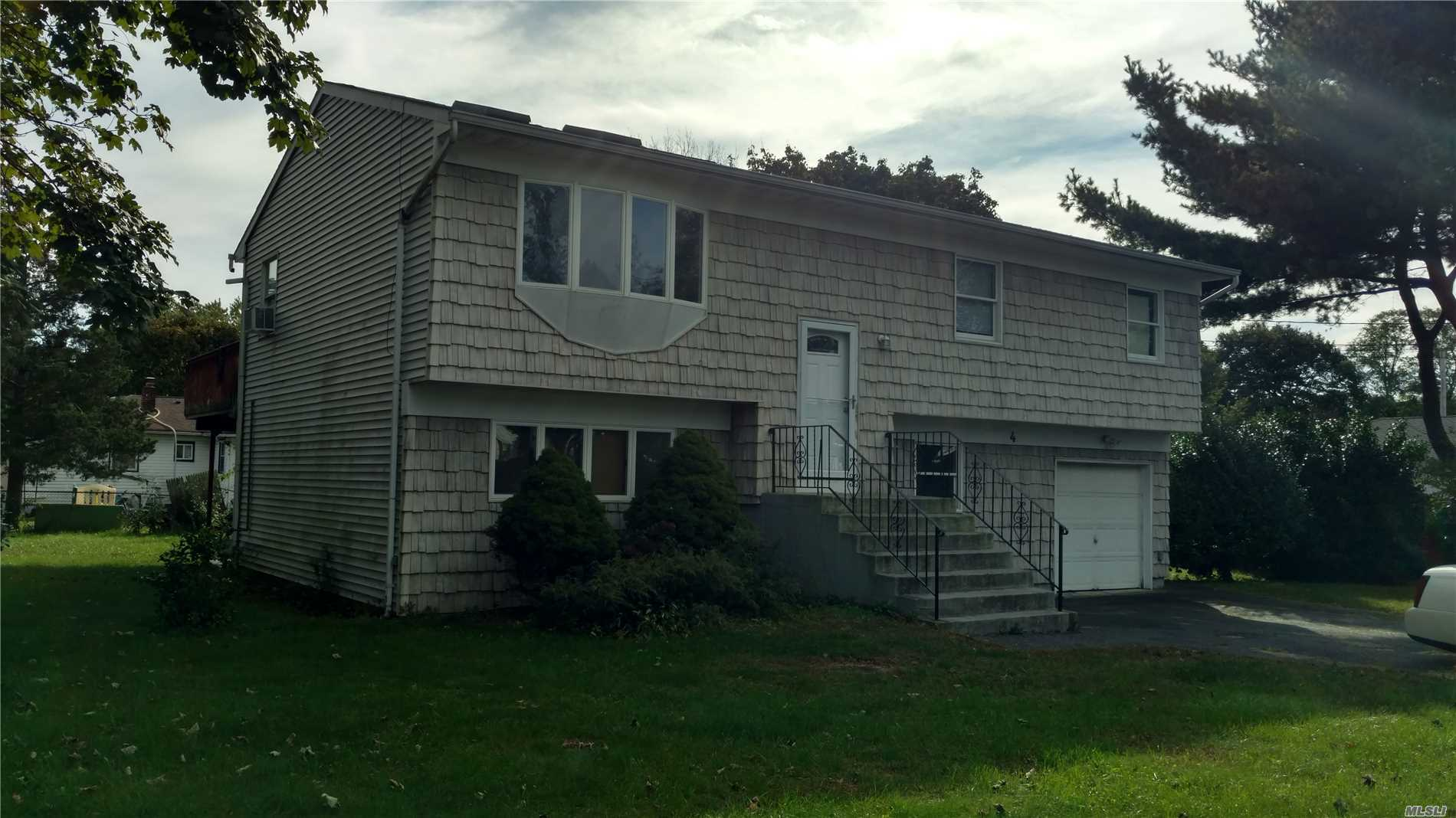 Photo of home for sale at 4 Kirk Rd, Bay Shore NY