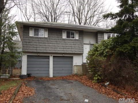 Photo of home for sale at 9 Walwin Pl, Huntington NY