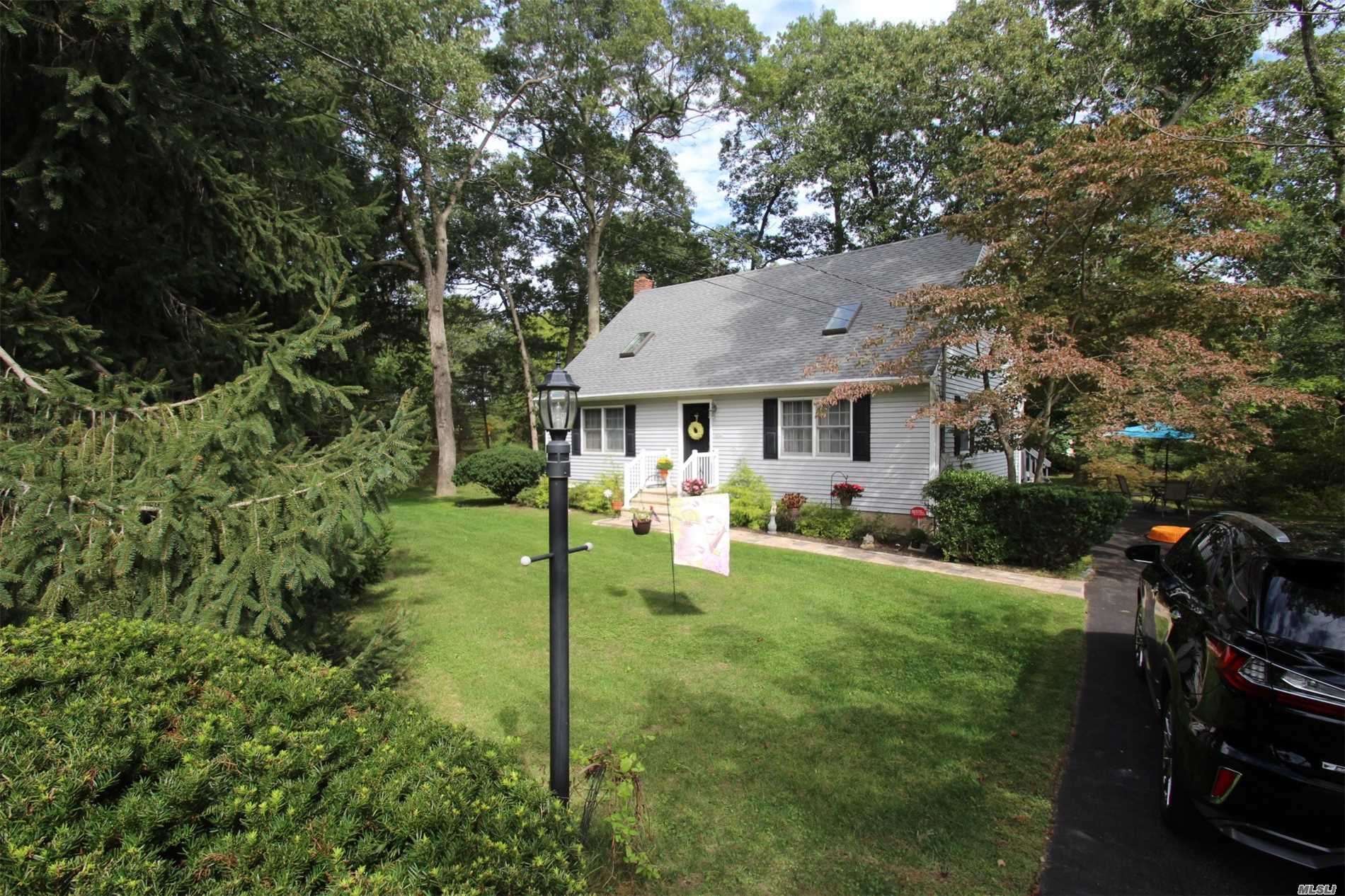 Photo of home for sale at 55 Ryerson Ave, Manorville NY