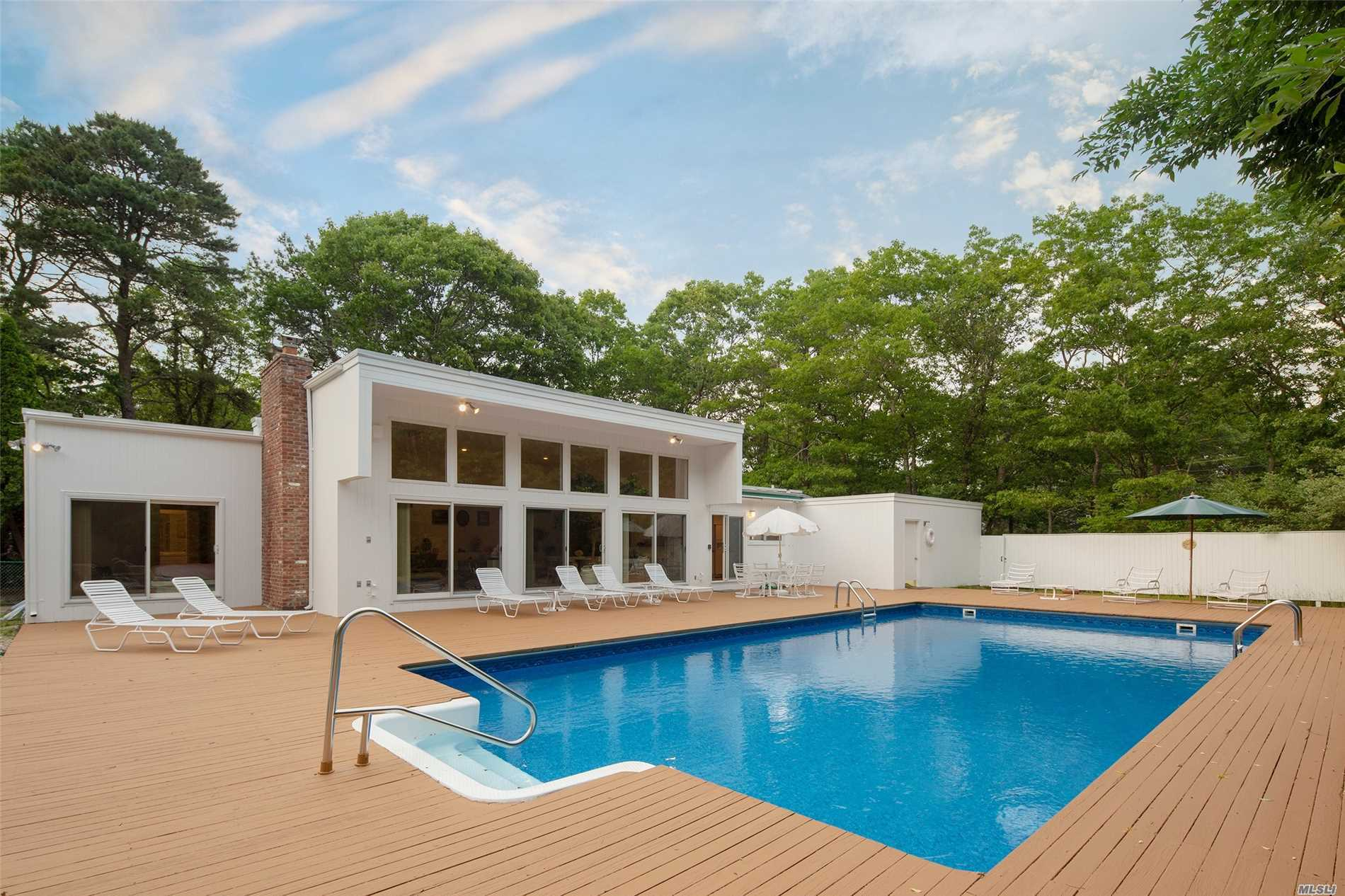 Photo of home for sale at 4 Bayberry Ln, Quogue NY