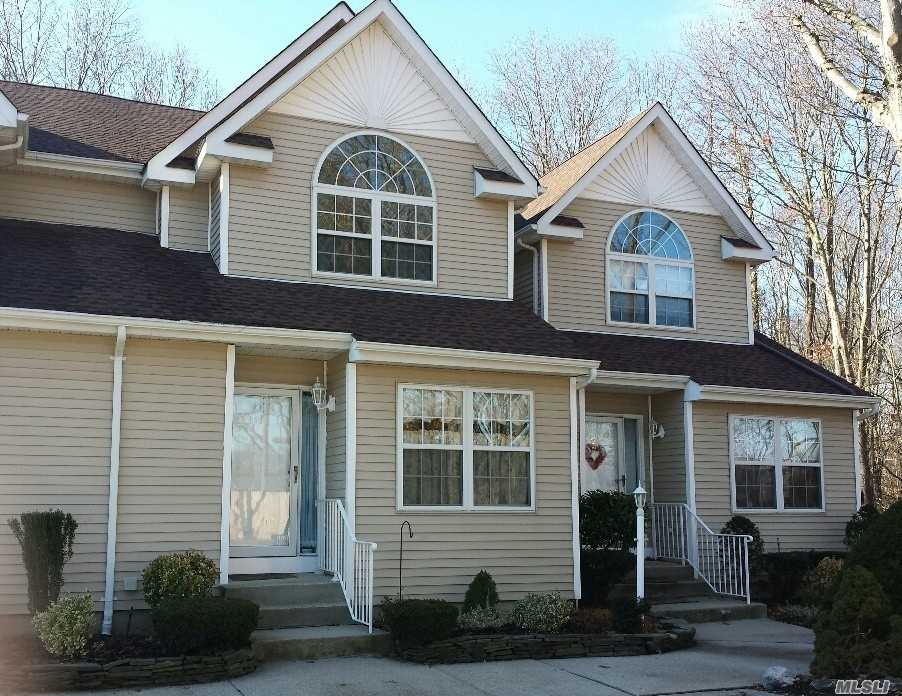 Photo of home for sale at 4 Heckscher Spur Dr, East Islip NY