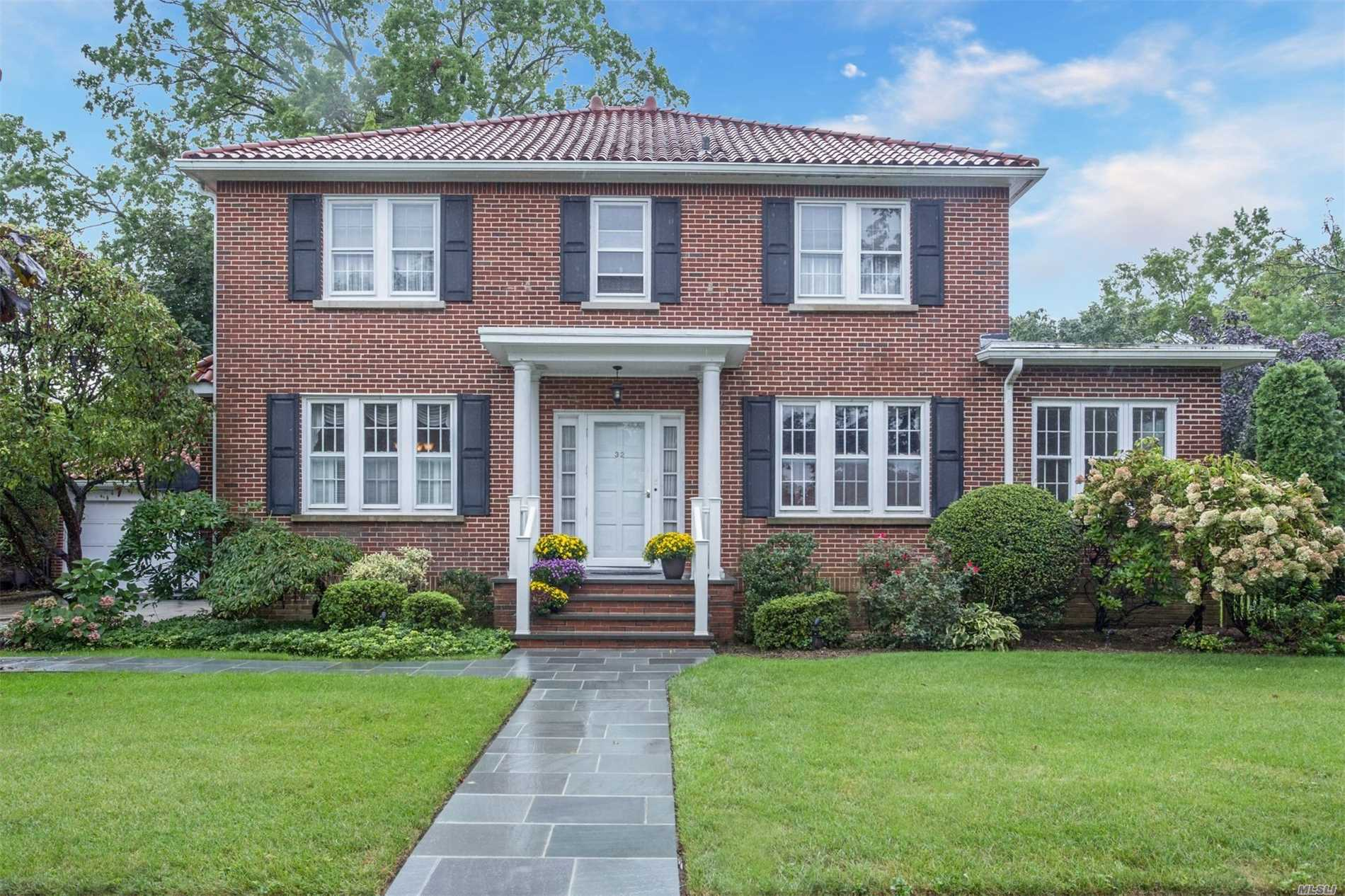 Photo of home for sale at 32 Stratford Rd, Rockville Centre NY