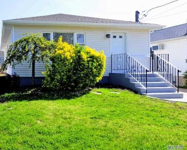 Photo of home for sale at 324 Delaware Ave N, Massapequa NY