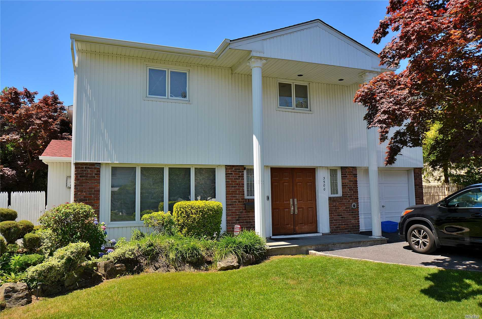 Photo of home for sale at 3500 Milburn Ave, Baldwin Harbor NY