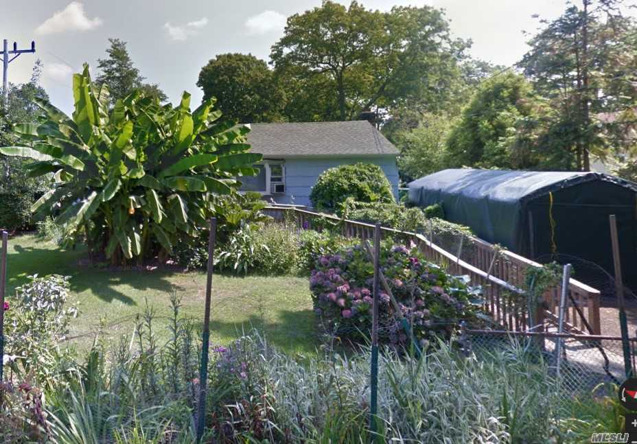 Photo of home for sale at 81 Cumberland St, Mastic NY