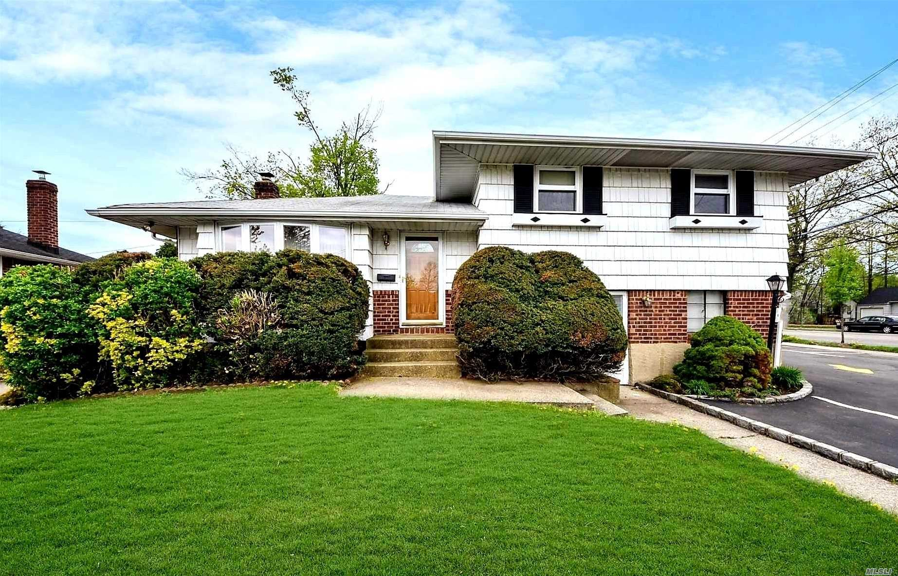 Photo of home for sale at 553 Old Country Rd, Plainview NY