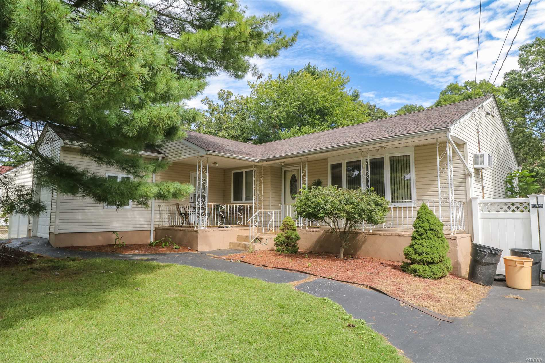 Photo of home for sale at 667 Wilson Blvd, Central Islip NY