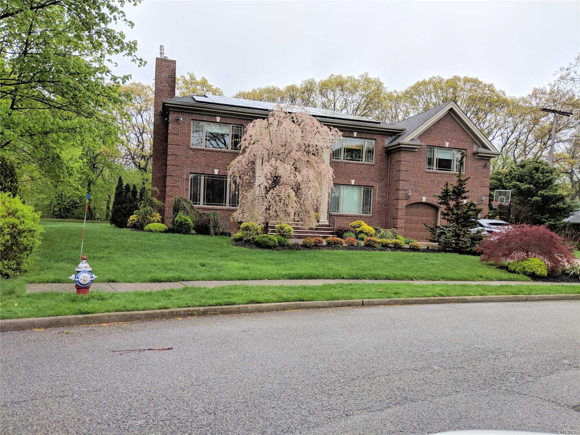 Photo of home for sale at 62 Shepherd Ln, Roslyn Heights NY