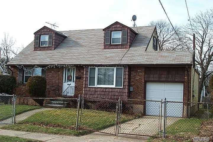 Photo of home for sale at 1270 Dekoven St, Rockville Centre NY