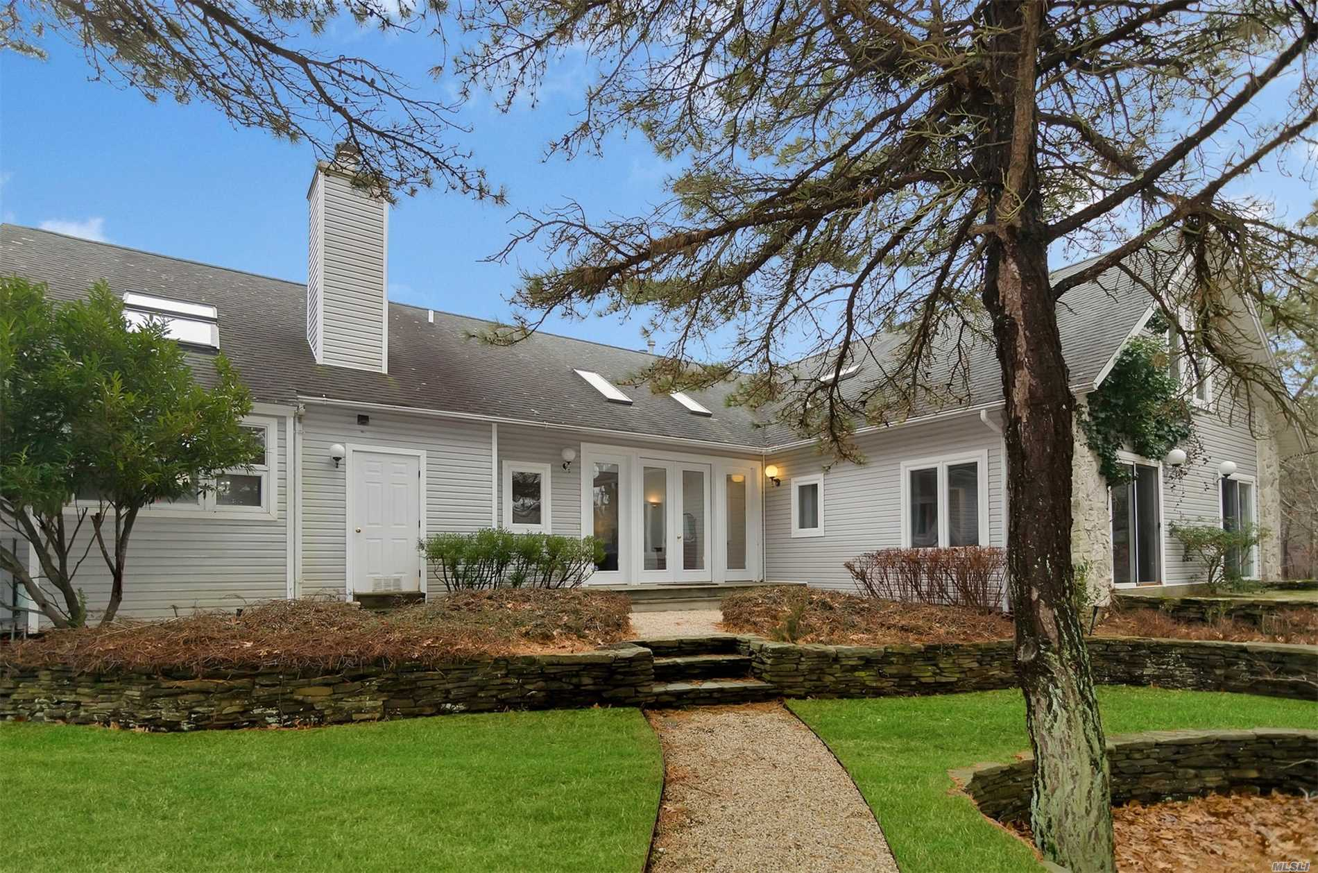 Photo of home for sale at 4 Whalers Ln, Amagansett NY