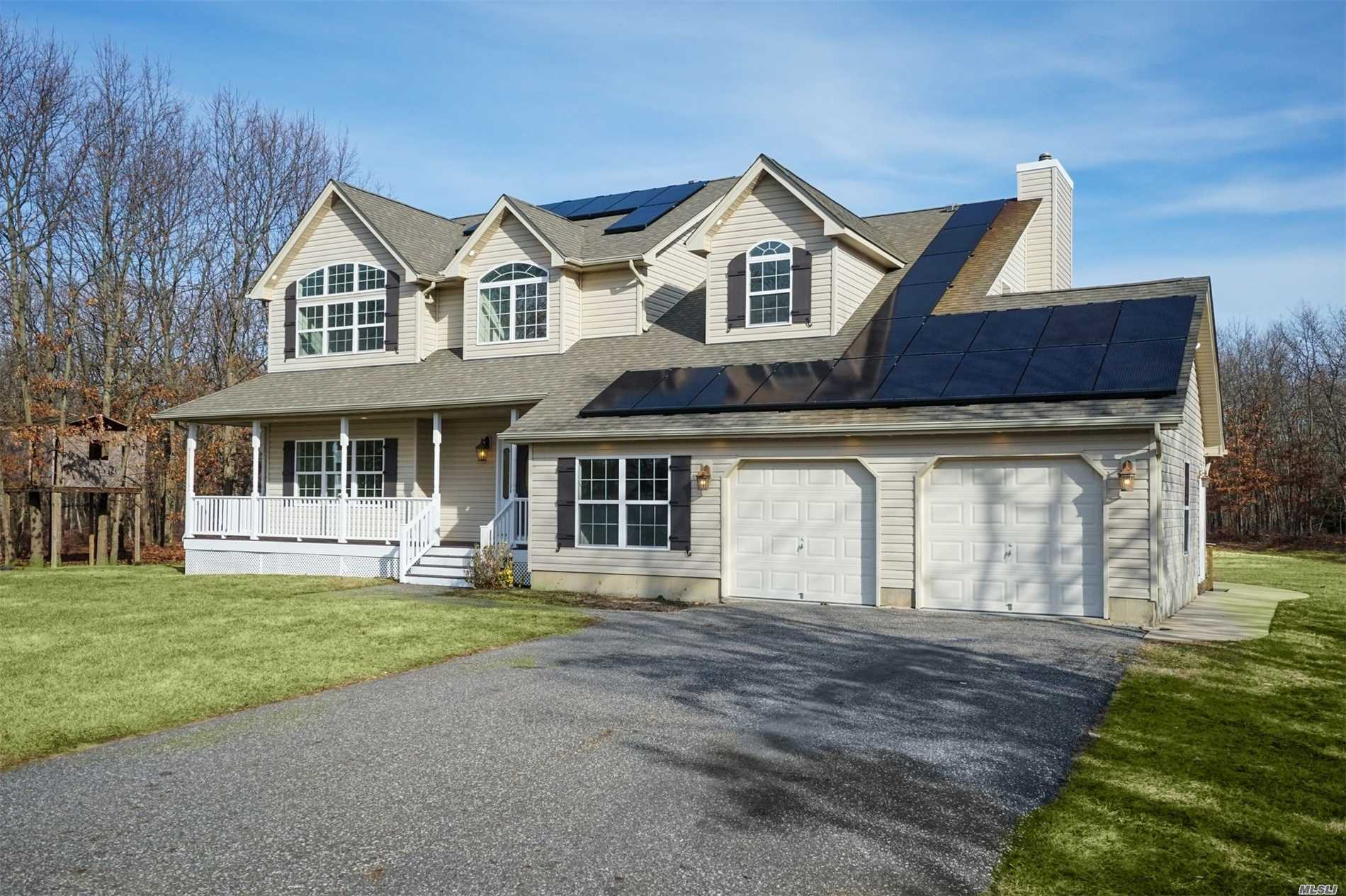 Photo of home for sale at 25 Savanna Circle, Mt. Sinai NY