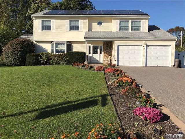 Photo of home for sale at 44 Arlene St, Farmingville NY