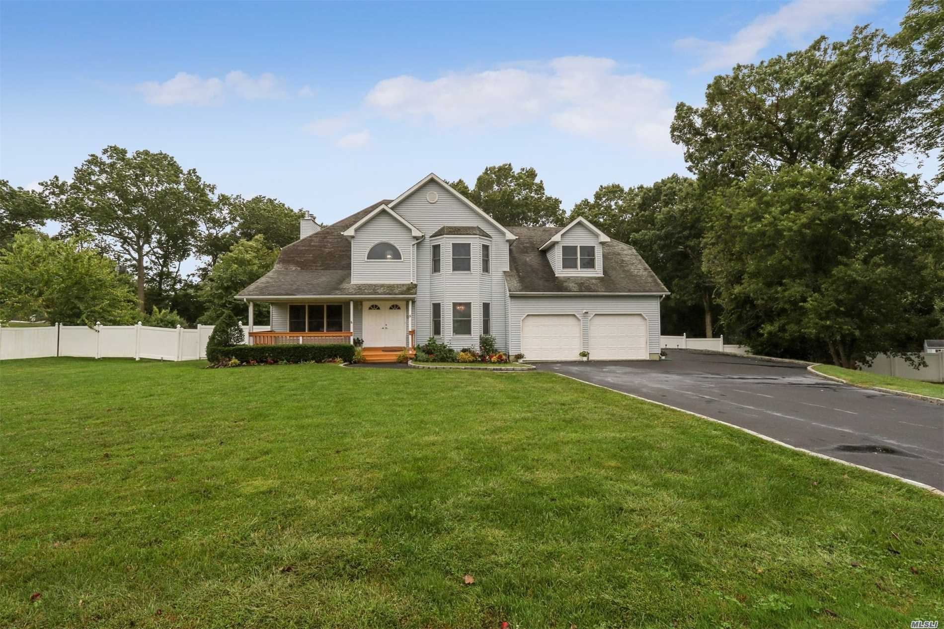 Photo of home for sale at 3 Sterling Cir, Dix Hills NY