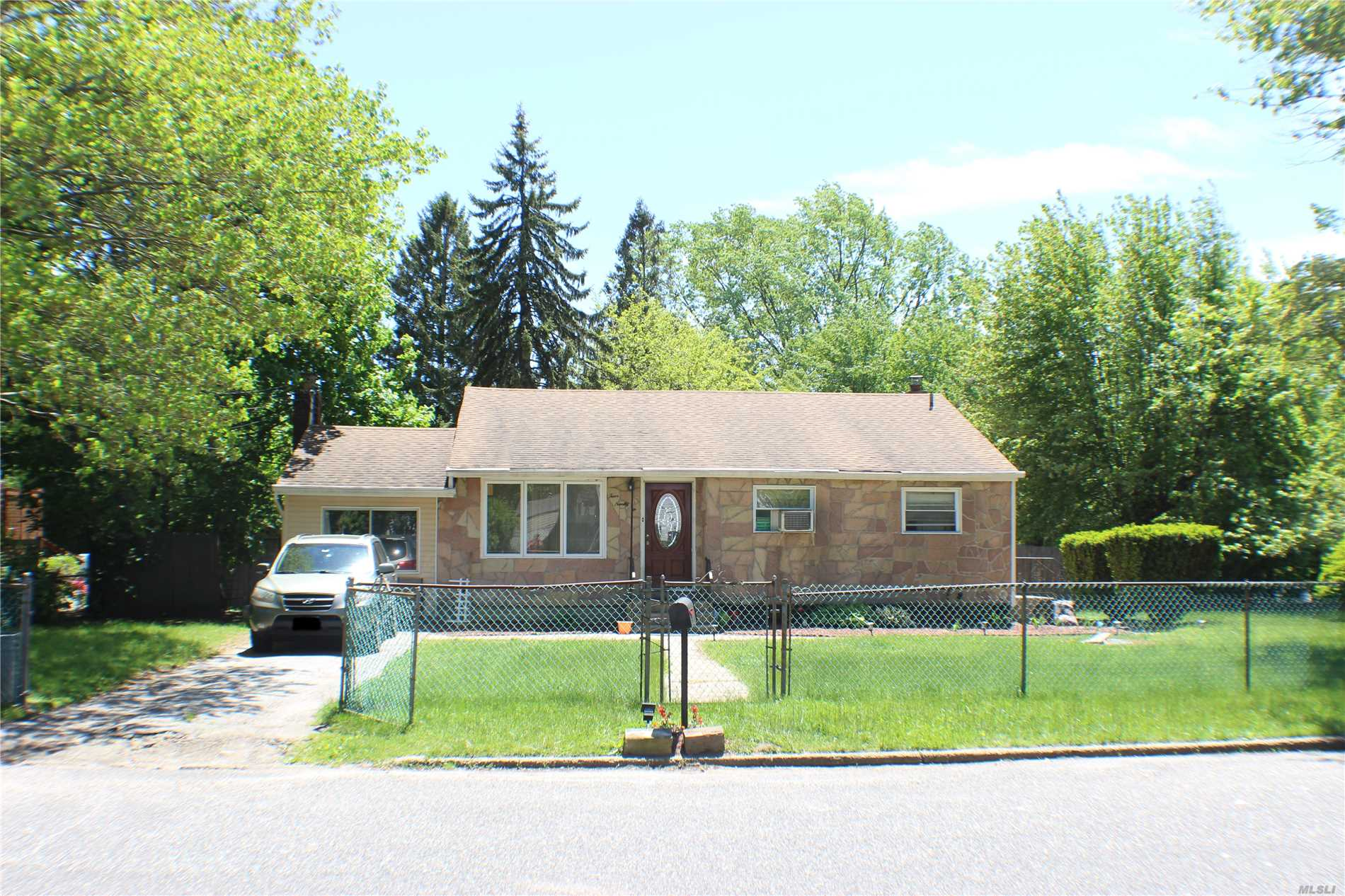 Photo of home for sale at 496 Locust St, Brentwood NY