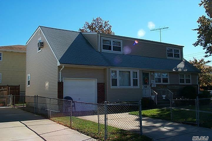 Photo of home for sale at 481 Oaks Pl, Franklin Square NY