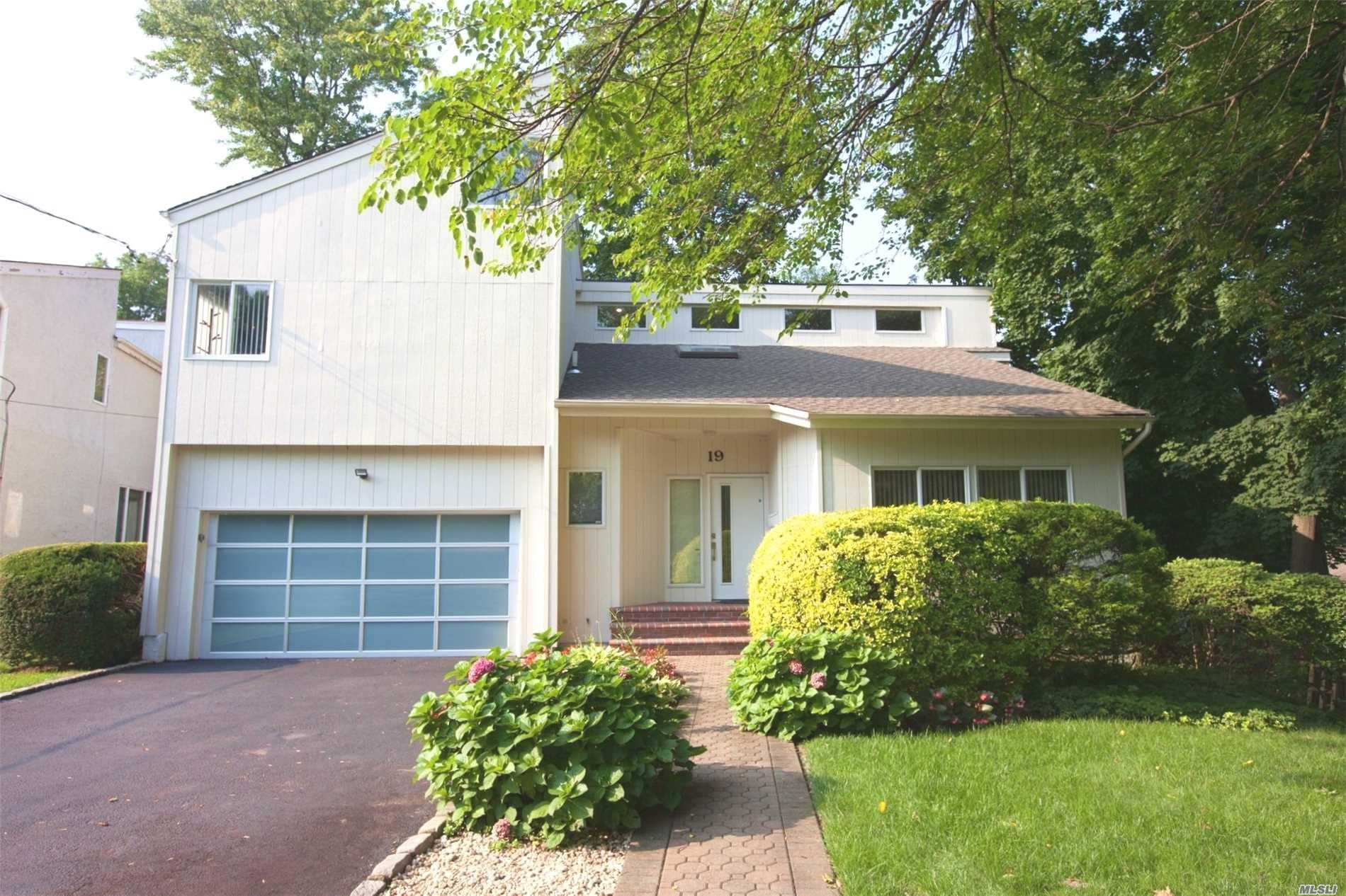Photo of home for sale at 19 Wooleys Ln, Great Neck NY