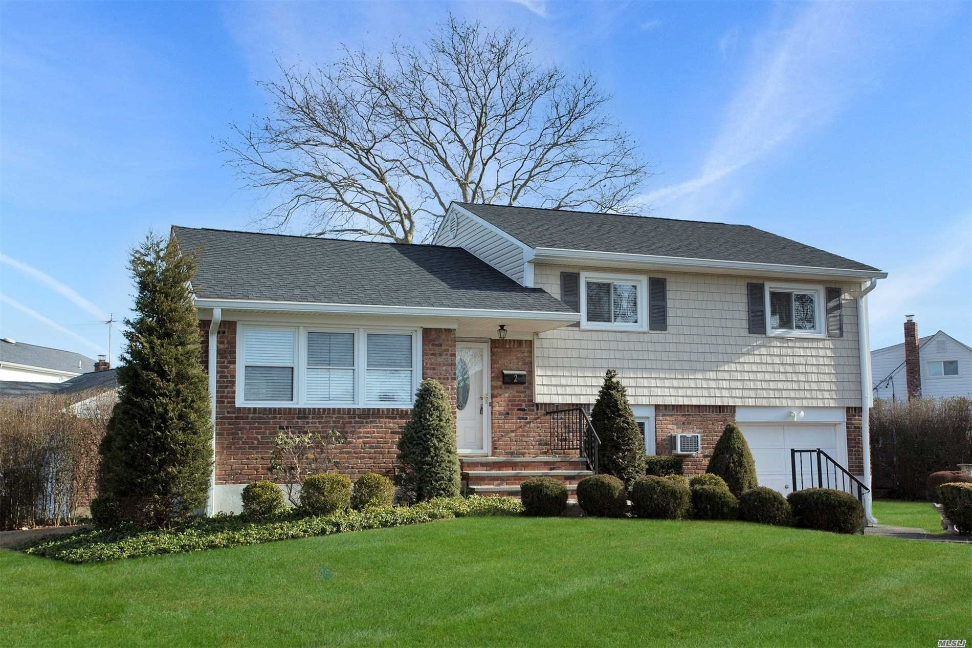 Photo of home for sale at 2 Clark St, Plainview NY