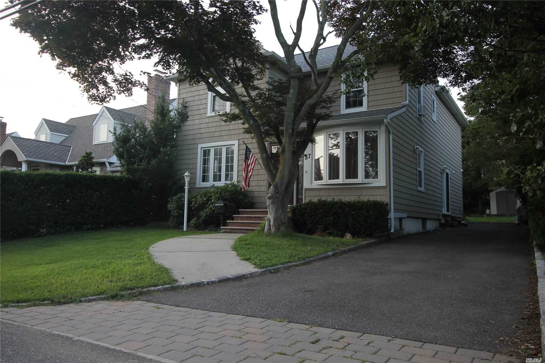 Photo of home for sale at 57 George St, East Hills NY