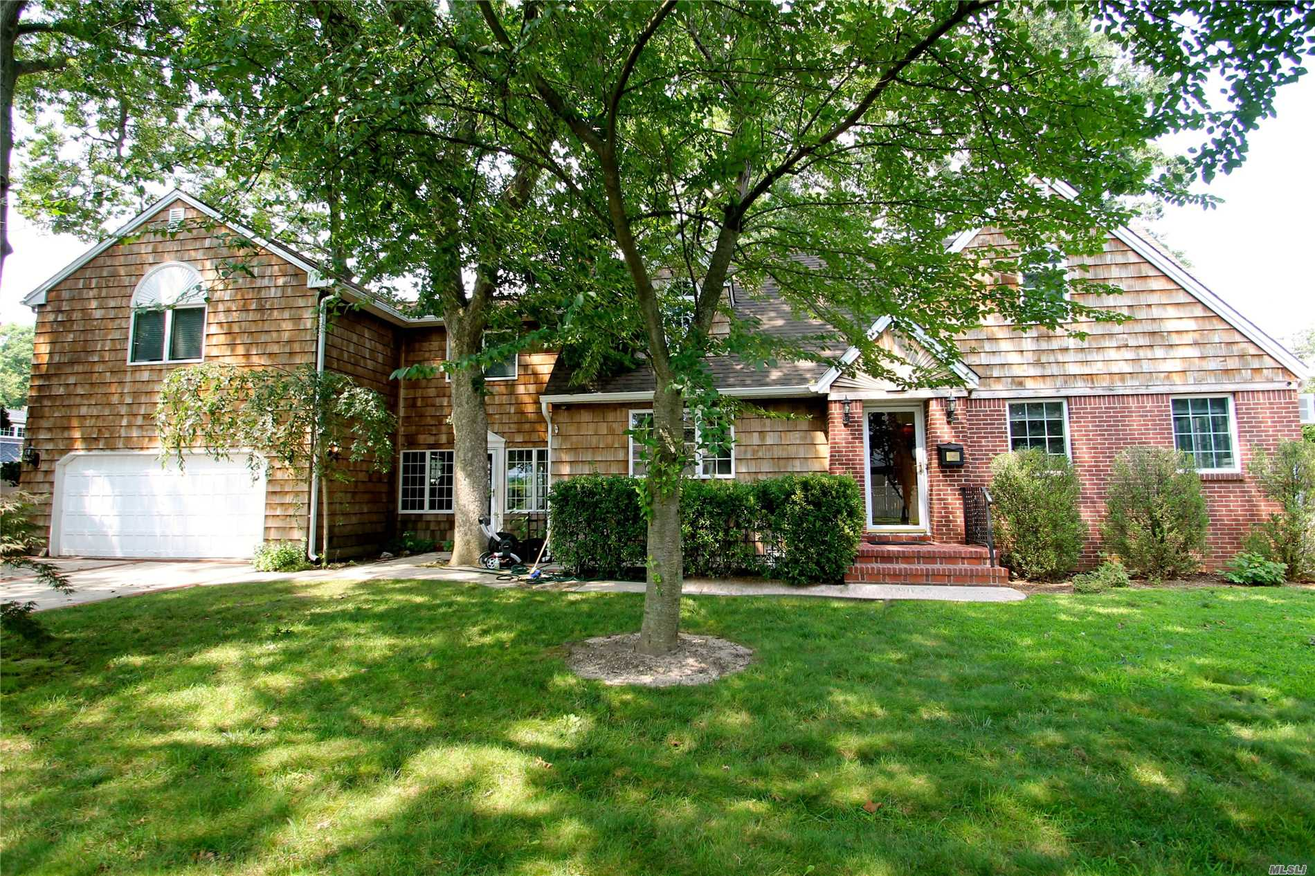 Photo of home for sale at 2237 Benefit St, Merrick NY