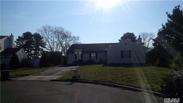 Photo of home for sale at 6 Sunray Ct, Bellport NY