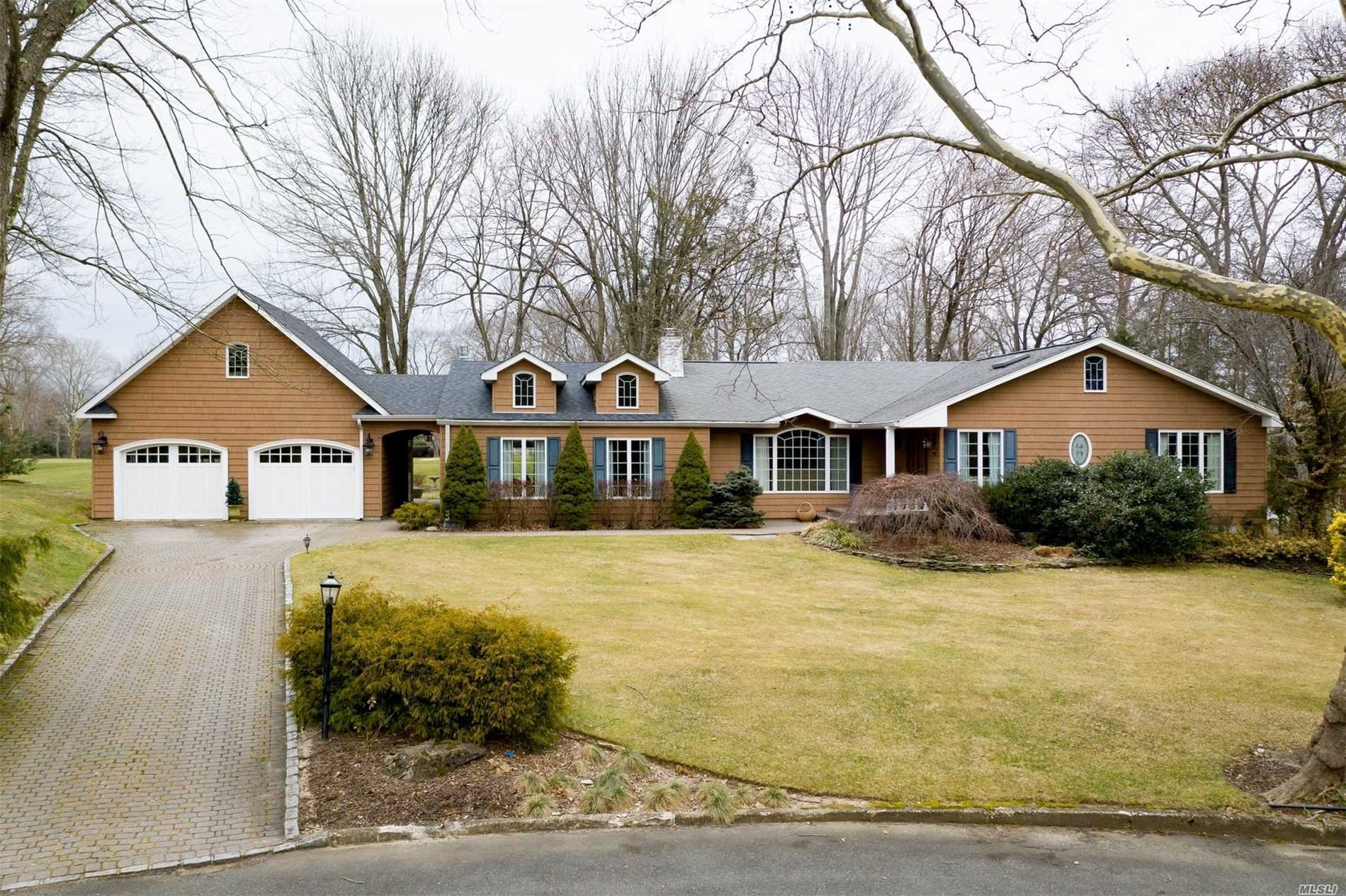 Photo of home for sale at 4 Lilac Ct, Huntington NY