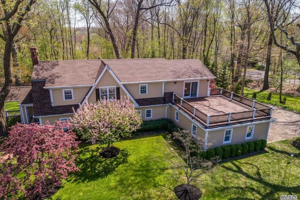 Photo of home for sale at 52 Peacock Ln, Lattingtown NY