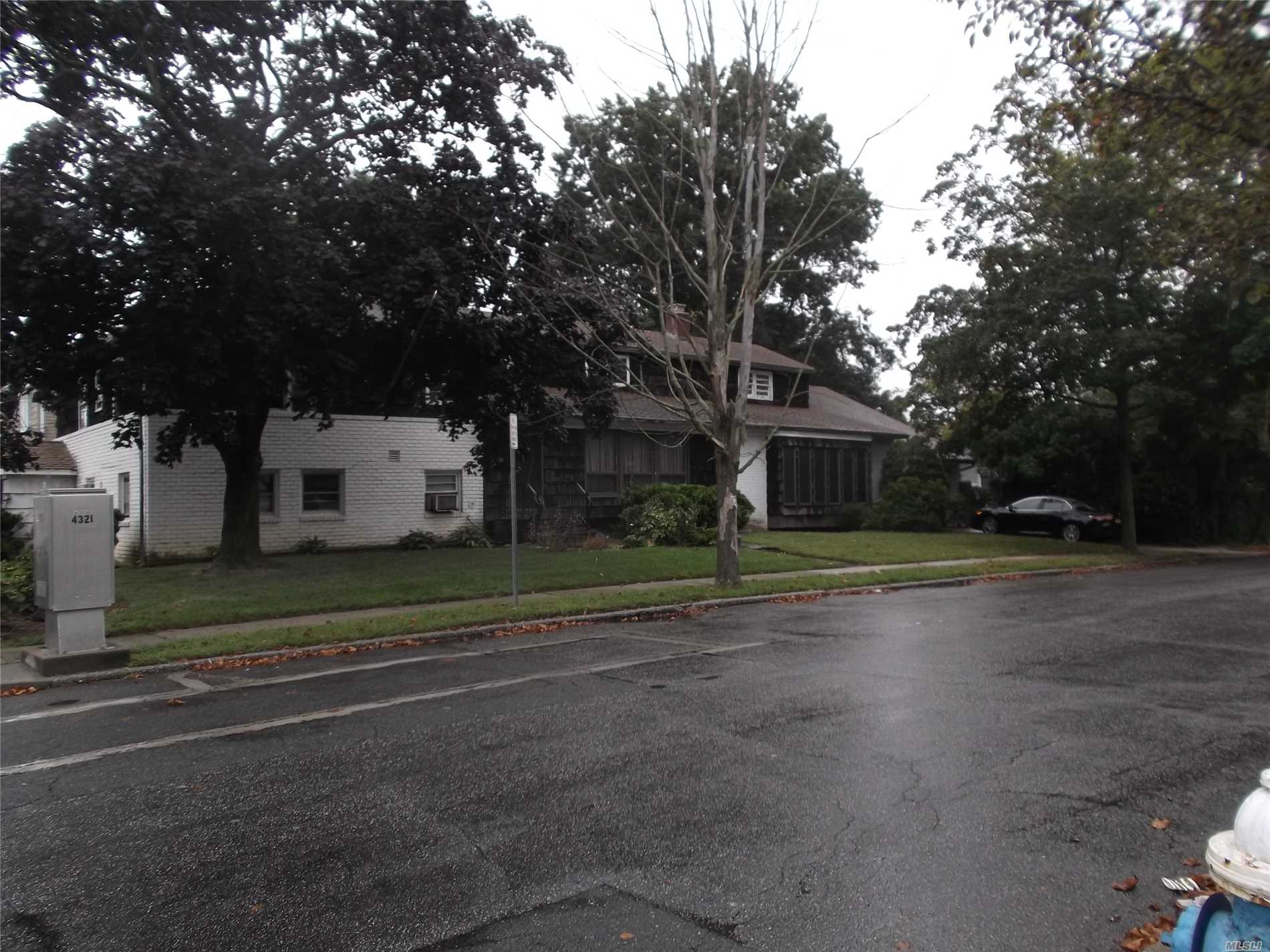 Photo of home for sale at 501 Saddle Ridge Rd, Woodmere NY