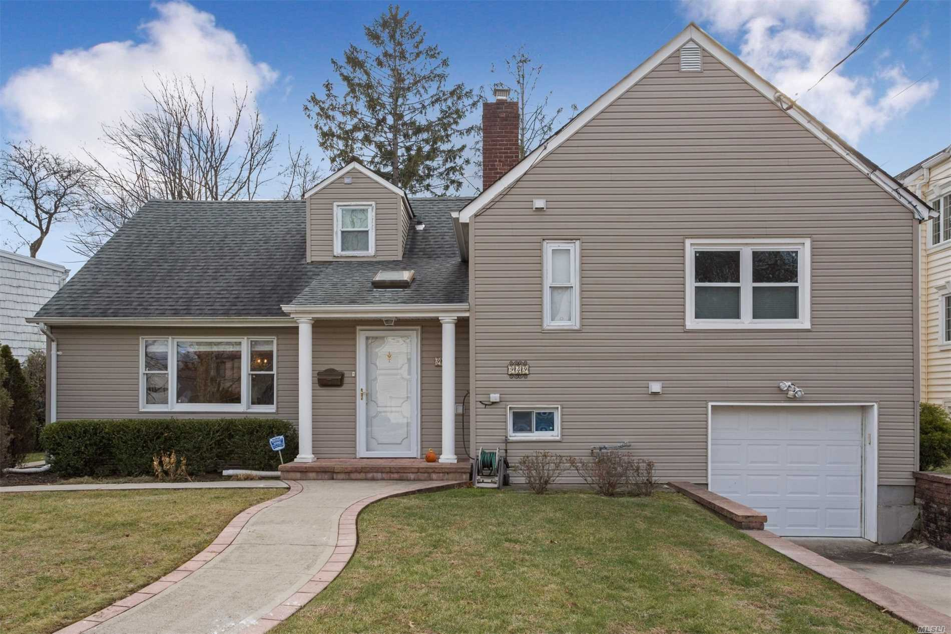 Photo of home for sale at 949 Carol Ave, Woodmere NY
