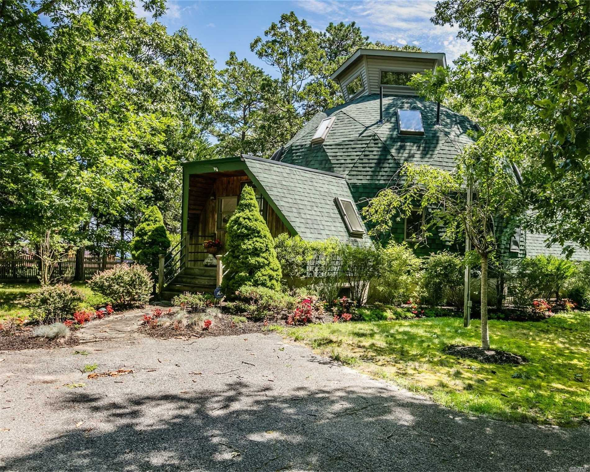 Photo of home for sale at 48 Huntington Ln, Flanders NY