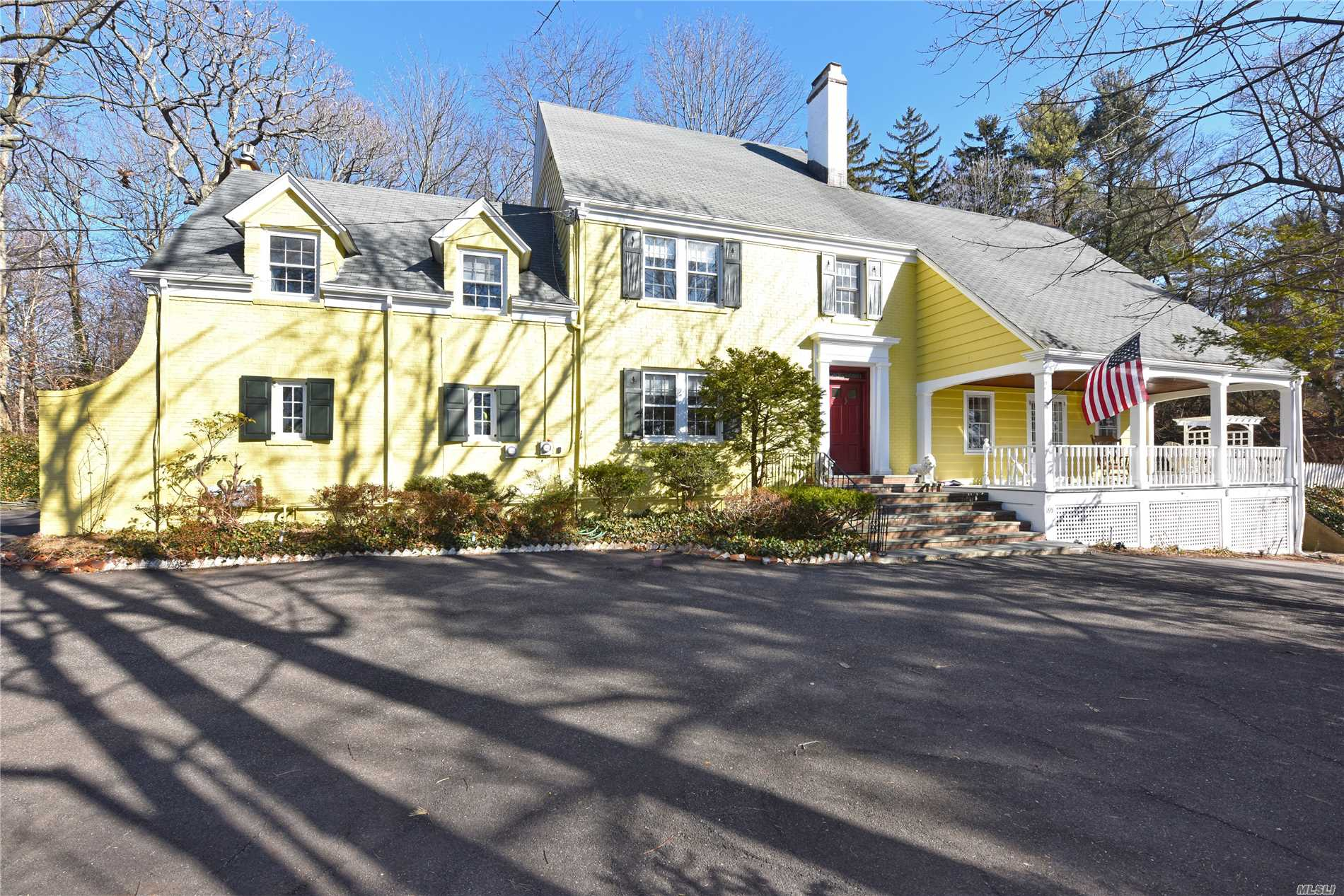 Photo of home for sale at 195 Cedar Swamp Rd, Glen Head NY