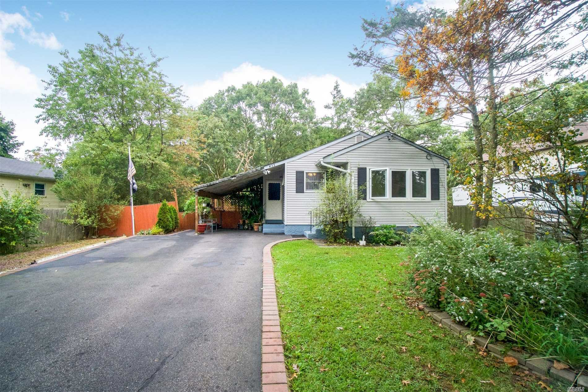 Photo of home for sale at 435 Locust St, Brentwood NY