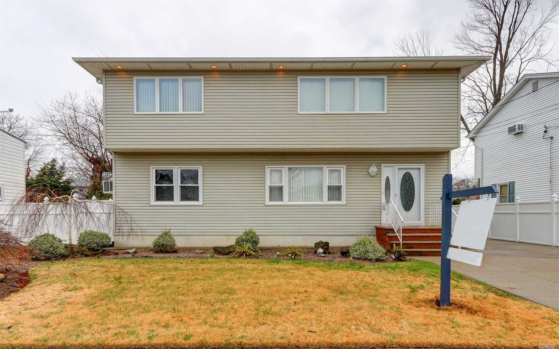 Photo of home for sale at 128 Cleveland Ave, Massapequa NY