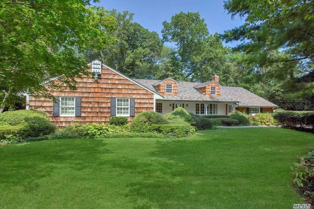 Photo of home for sale at 14A Bonnie Heights Rd, Manhasset NY