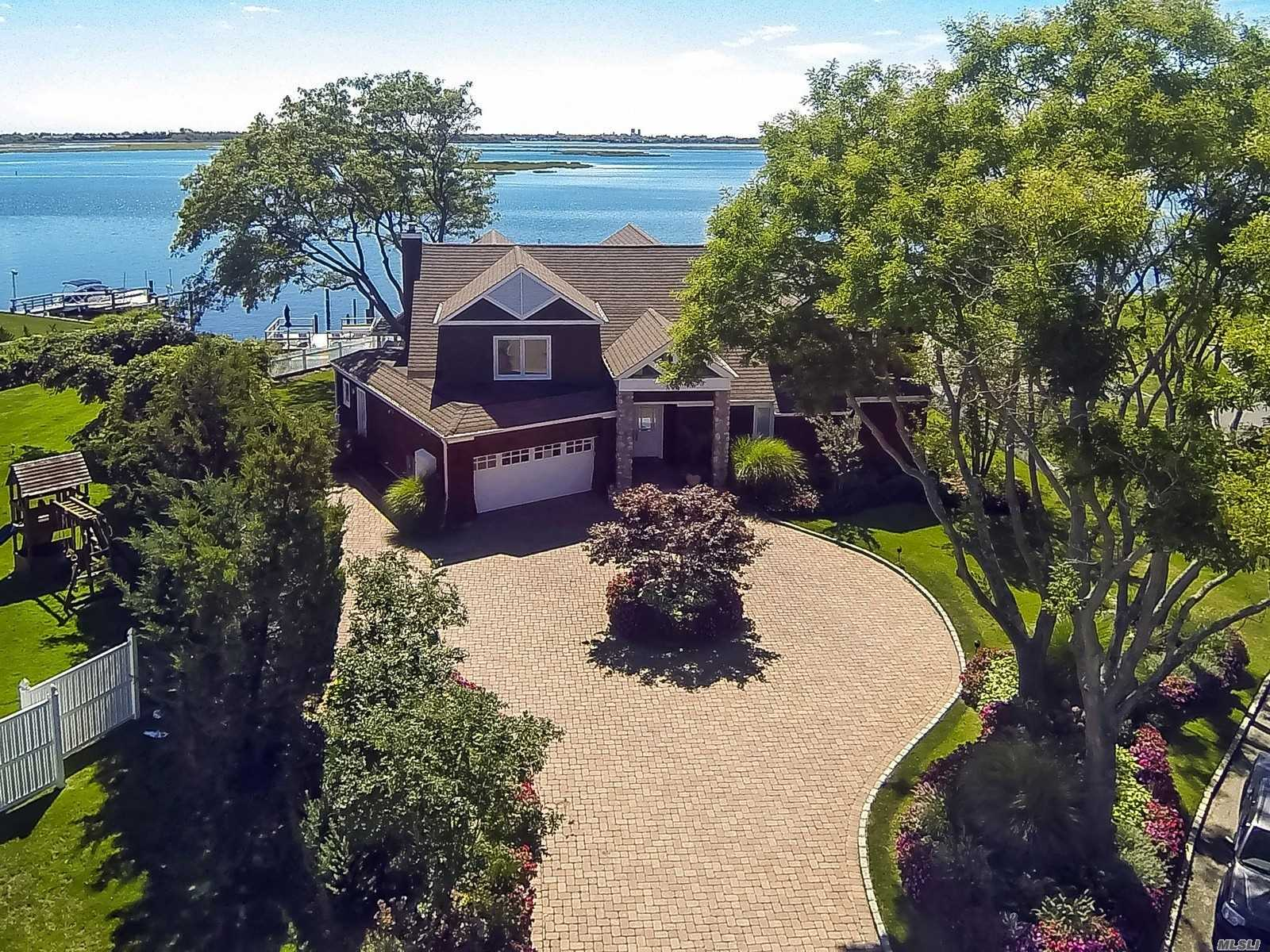 Photo of home for sale at 916 Wateredge Pl, Hewlett Harbor NY