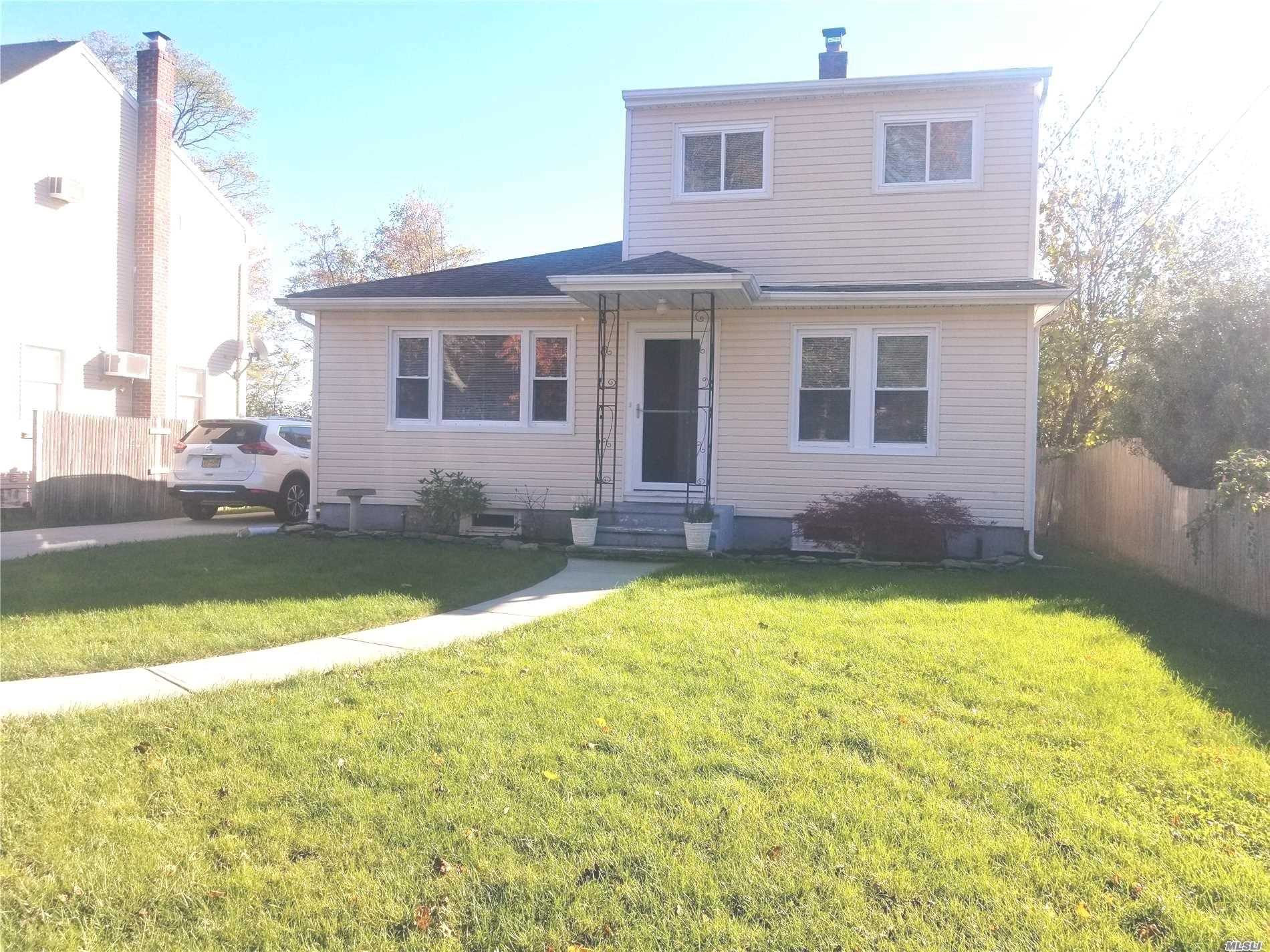 Photo of home for sale at 8 Lynwood Ave, Farmingville NY
