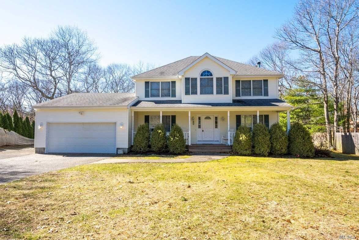 Photo of home for sale at 61 Washington Heigh Ave, Hampton Bays NY