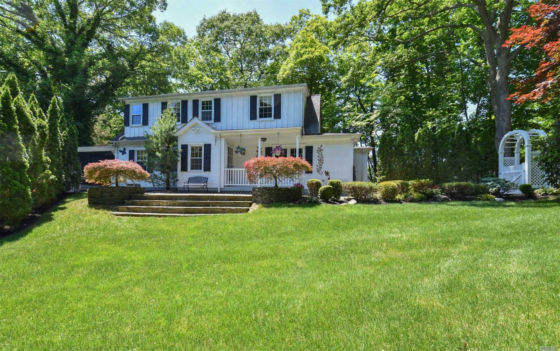 Photo of home for sale at 198 Pidgeon Hill Rd, Huntington Sta NY